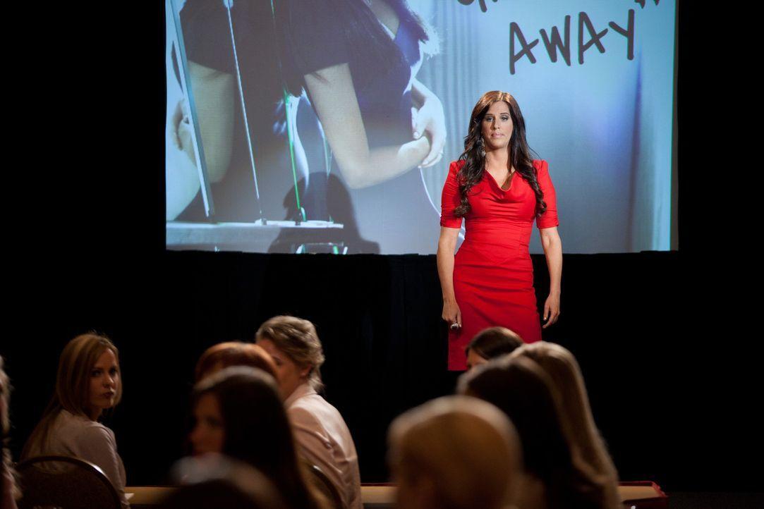 Marcie LaRose (Patti Stanger) hält ein Seminar, bei dem es um die Beziehung zwischen Mann und Frau geht ... - Bildquelle: 2011 Sony Pictures Television Inc. All Rights Reserved.