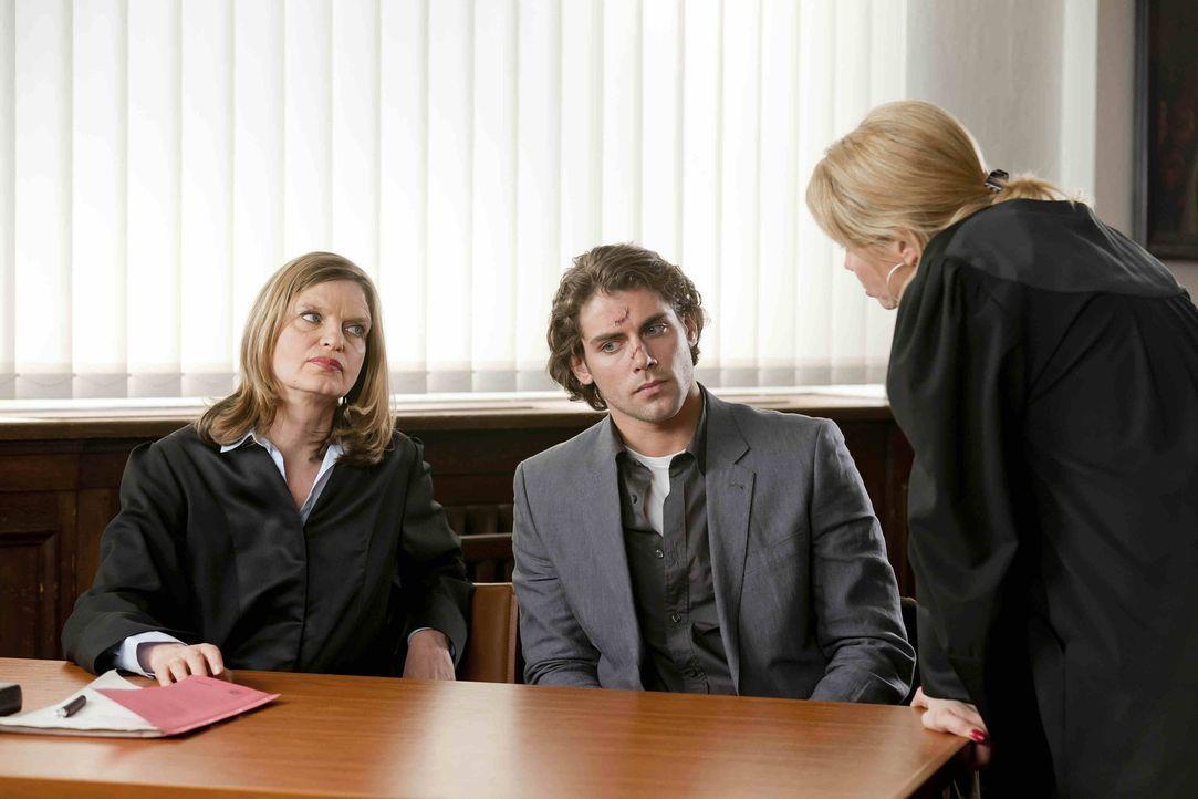 Danni versucht vor Gericht und vor Böttchers Anwältin (Kerstin Thielemann, l.) zu beweisen, dass Thomas Böttcher (Roy Peter Link, M.) aidskrank i... - Bildquelle: SAT.1