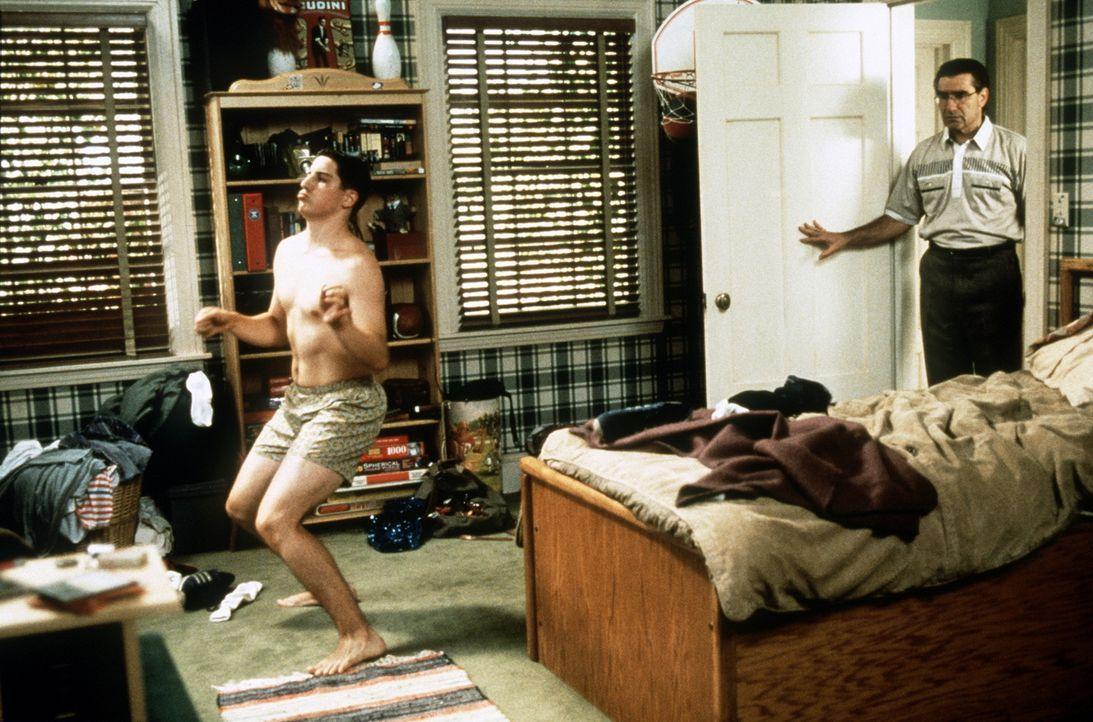 Jim (Jason Biggs, l.) setzt seinem Vater (Eugene Levy, r.) mit seinen neuen Anwandlungen ganz schön zu ... - Bildquelle: Constantin Film