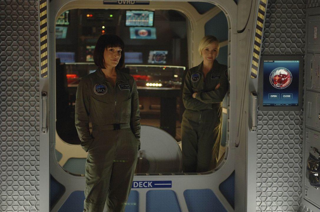 Machen sich Sorgen, da es an Bord der Antares in verschiedenen Sektoren zu Stromausfällen gekommen ist: Nadia (Florentine Lahme, l.) und Zoe (Laura... - Bildquelle: 2009 Fox Television Studios.