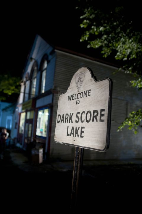 Das Haus am Dark Score Lake hegt ein grauenvolles Geheimnis ... - Bildquelle: 2011 Sony Pictures Television Inc. All Rights Reserved.