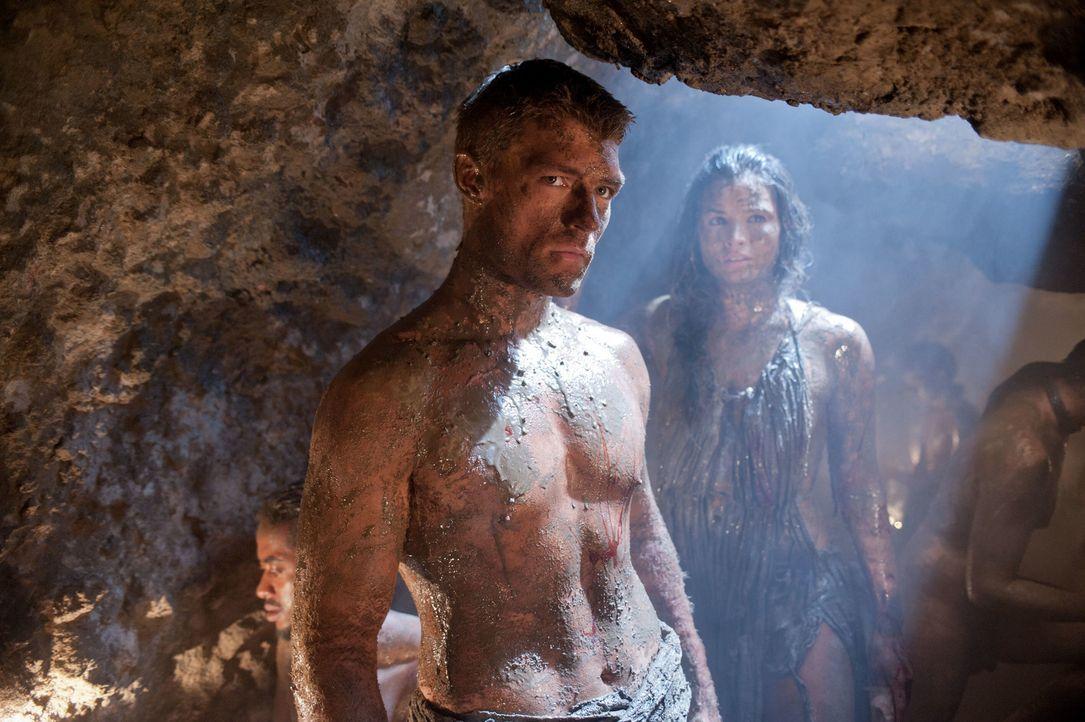 Spartacus (Liam McIntyre, l.) dringt mit mehreren Gefährten in die Minen von Lucania ein, um Naevia zu finden. Mira (Katrina Law, r.) kann den Vorar... - Bildquelle: 2011 Starz Entertainment, LLC. All rights reserved.