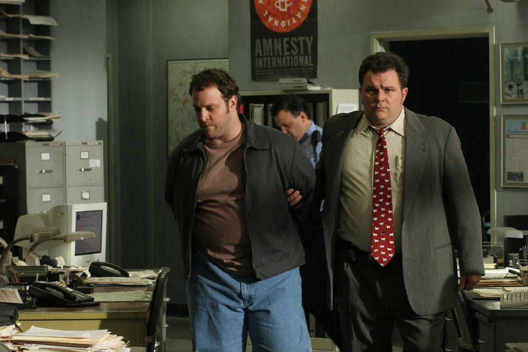 Von einem Mithäftling hat James Hogan (Silas Weir Mitchell) erfahren, dass sein Onkel Joe 1985 offenbar doch nicht Opfer eines Raubmordes war ... - Bildquelle: Warner Bros. Television