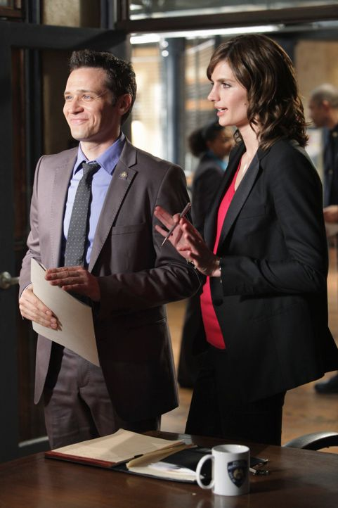 Amüsieren sich über den verbissenen Wettkampf von Castle und Demming: Kevin Ryan (Seamus Dever, l.) und Beckett (Stana Katic, r.) ... - Bildquelle: ABC Studios