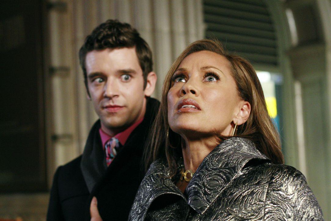 Es gelingt Marc (Michael Urie, l.), Wilhelmina (Vanessa Williams, r.) zu überreden, sich nicht länger als knallharte, sondern als eine sozial engagi... - Bildquelle: Buena Vista International Television