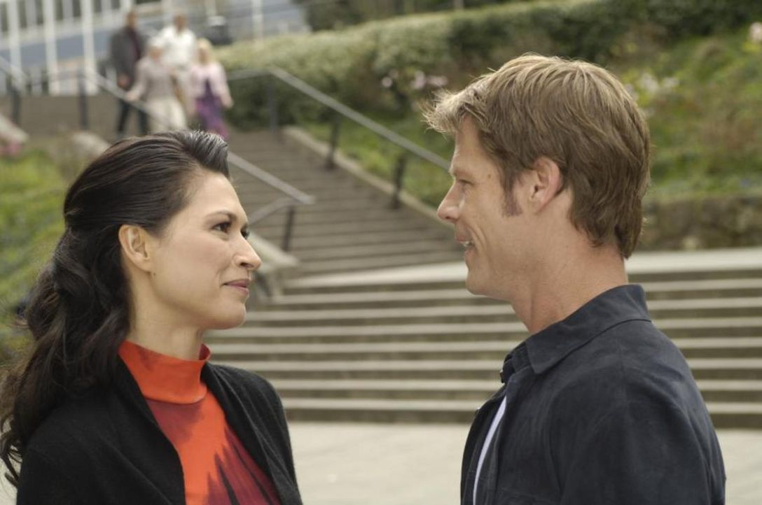 Tom (Joel Gretsch, r.) wird von Ryan Freel gebeten, sich von Alana (Karina Lombard, l.) zu trennen. Wird er es tun? - Bildquelle: Viacom Productions Inc.