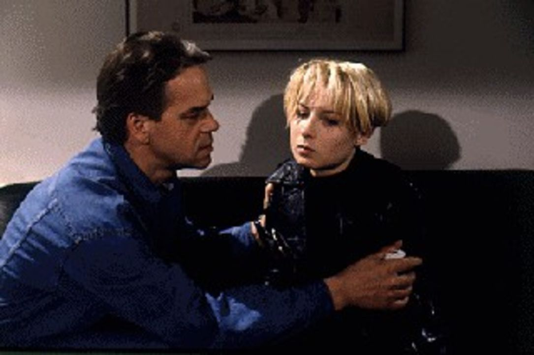 Kommissar Wolff (Jürgen Heinrich, l.) versucht seine Tochter Verena (Nadine Seiffert, r.) davon zu berzeugen, dass ihr Freund Stanis nicht der richt... - Bildquelle: Alfred Raschke Sat.1