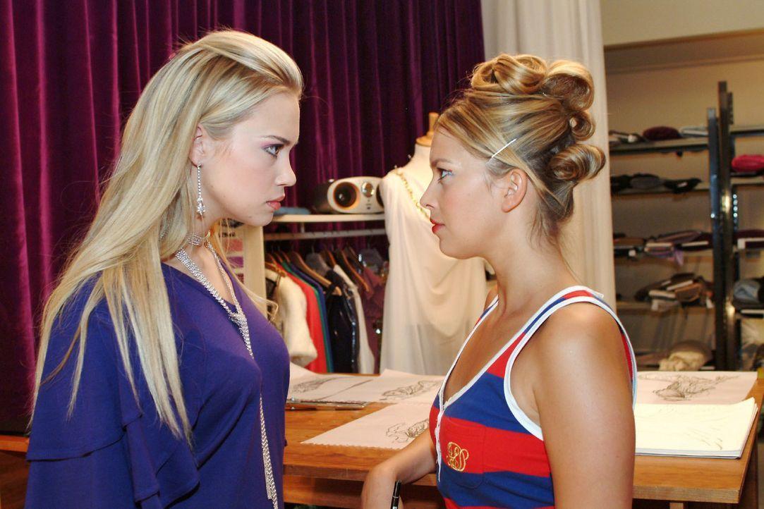 Kim (Lara-Isabelle Rentinck, l.) macht Hannah (Laura Osswald, r.) unmissverständlich klar, dass sie ihr gegenüber loyal war und nicht mit Marc gefli... - Bildquelle: Monika Schürle Sat.1