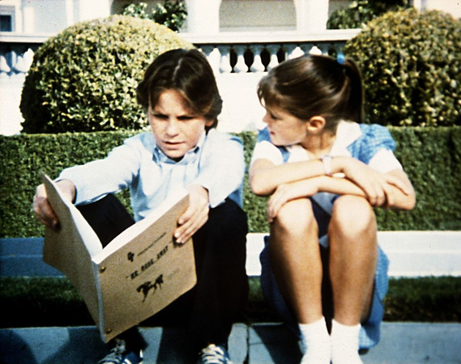 Brock (Bobby Jacobi, l.) liest Karen (Emily Moultrie, r.) aus dem Drehbuch vor. - Bildquelle: Worldvision Enterprises, Inc.
