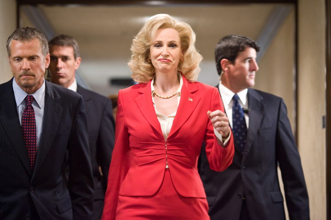Eines Tages beschließt die Senatorin Kay Bee Hartmann (Jane Lynch, M.), dass sie ihre Tochter zum Spring-Break auf die Ferieninsel South Padre Isla... - Bildquelle: Warner Bros.