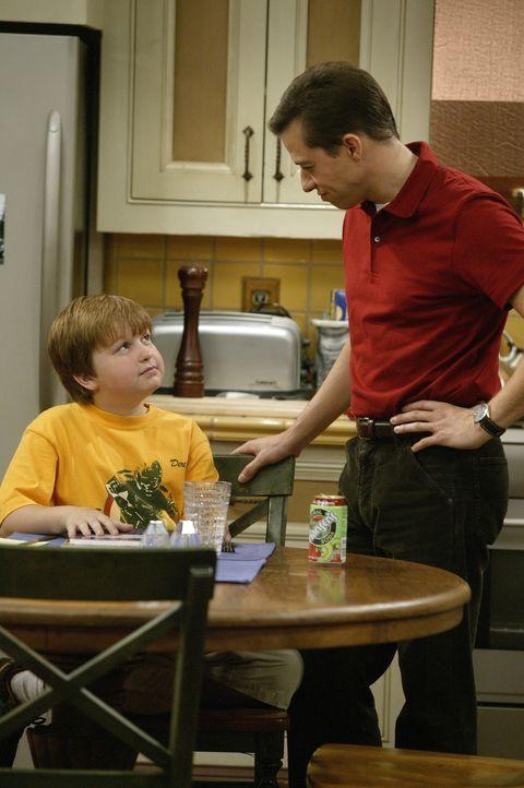 So gerissen wie Jake (Angus T. Jones, l.) ist, findet er immer eine neue Möglichkeit, Alans (Jon Cryer, r.) pädagogische Bemühungen zu unterlaufen .... - Bildquelle: Warner Brothers Entertainment Inc.