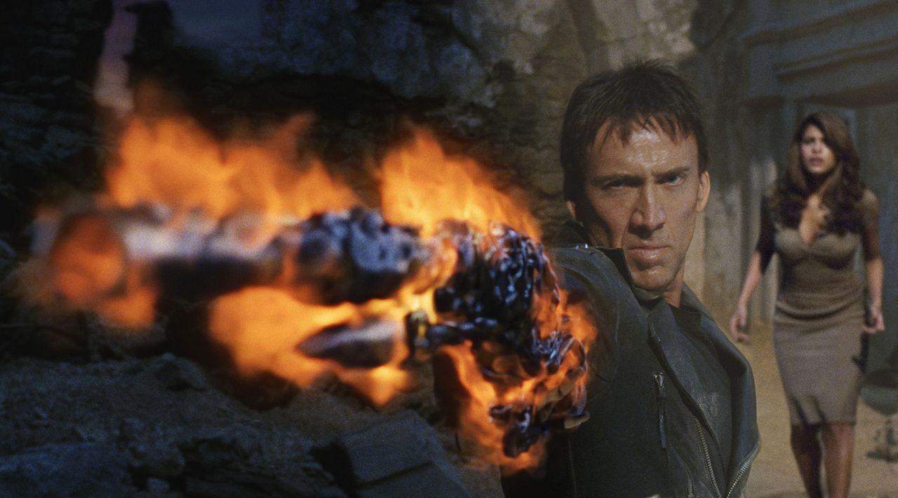 Um seine Jugendliebe (Eva Mendes, r.) und seine Seele zurückerobern zu können, geht der Ghost Rider (Nicolas Cage, l.) über Leichen ... - Bildquelle: 2007 CPT Holdings, Inc. All Rights Reserved. (Sony Pictures Television International)