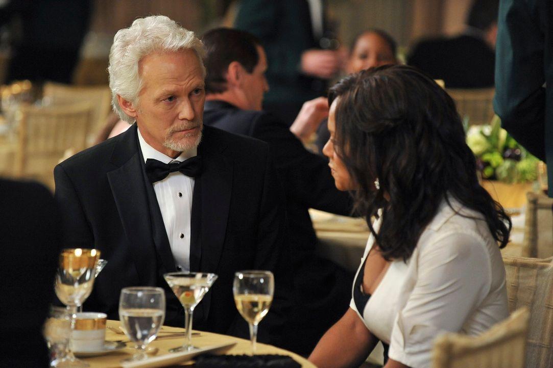 Auf einem Ball des St. Ambrose wird William White (James Morrison, l.) als Mann des Jahres ausgezeichnet, Naomi (Audra McDonal, r.) hält die Laudati... - Bildquelle: ABC Studios