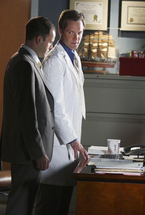 Eli (Jonny Lee Miller, l.) gewinnt den Prozess gegen Jim Cooper, da sein Bruder Nate (Matt Letscher, r.) festgestellt hat, dass die MRT-Aufnahmen vo... - Bildquelle: Disney - ABC International Television