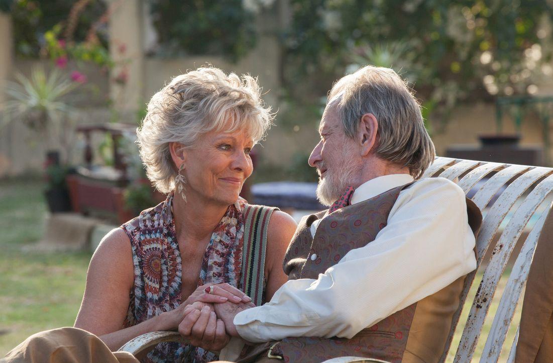 Für Norman (Ronald Pickup, r.) und Carol (Diana Hardcastle, l.) hält die feste Partnerschaft noch einige Höhen und Tiefen parat - und ganz viele neu... - Bildquelle: Laurie Sparham 2015 Twentieth Century Fox Film Corporation.  All rights reserved.