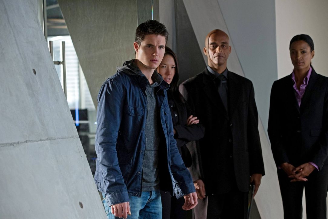 """Als """"Utra""""-Agenten mit einem unerwarteten Gefangenen ins Hauptquartier zurückkehren, ahnt Stephen (Robbie Amell, l.) noch nicht, welche Geheimnisse... - Bildquelle: Warner Bros. Entertainment, Inc"""