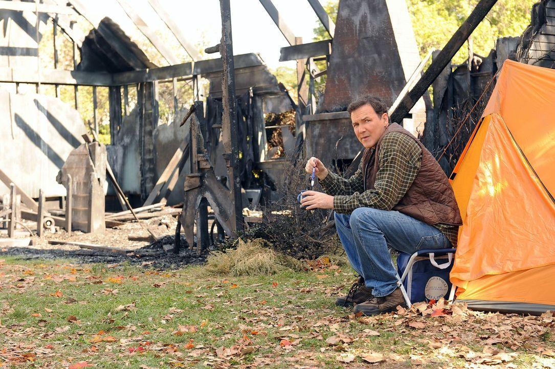 Nachdem er sein Haus niedergebrannt hat, lebt Mikes Bruder Rusty (Norm Macdonald) in einem Zelt in seinem Garten. Er hat jedoch niemanden davon erzä... - Bildquelle: Warner Brothers