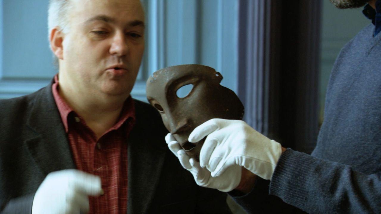 Wer war der Mann hinter der eisernen Maske? Jamie Theakston (r.) geht auf Spurensuche ... - Bildquelle: TCB Media Rights