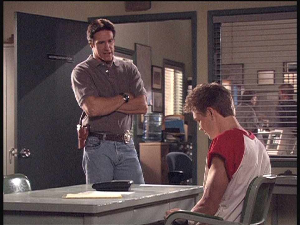 Steve (Barry Van Dyke, l.) verhört Ray (Chad Murray, r.), der von seiner Geliebten zum Mord an ihrem Ehemann angestiftet wurde. - Bildquelle: Viacom