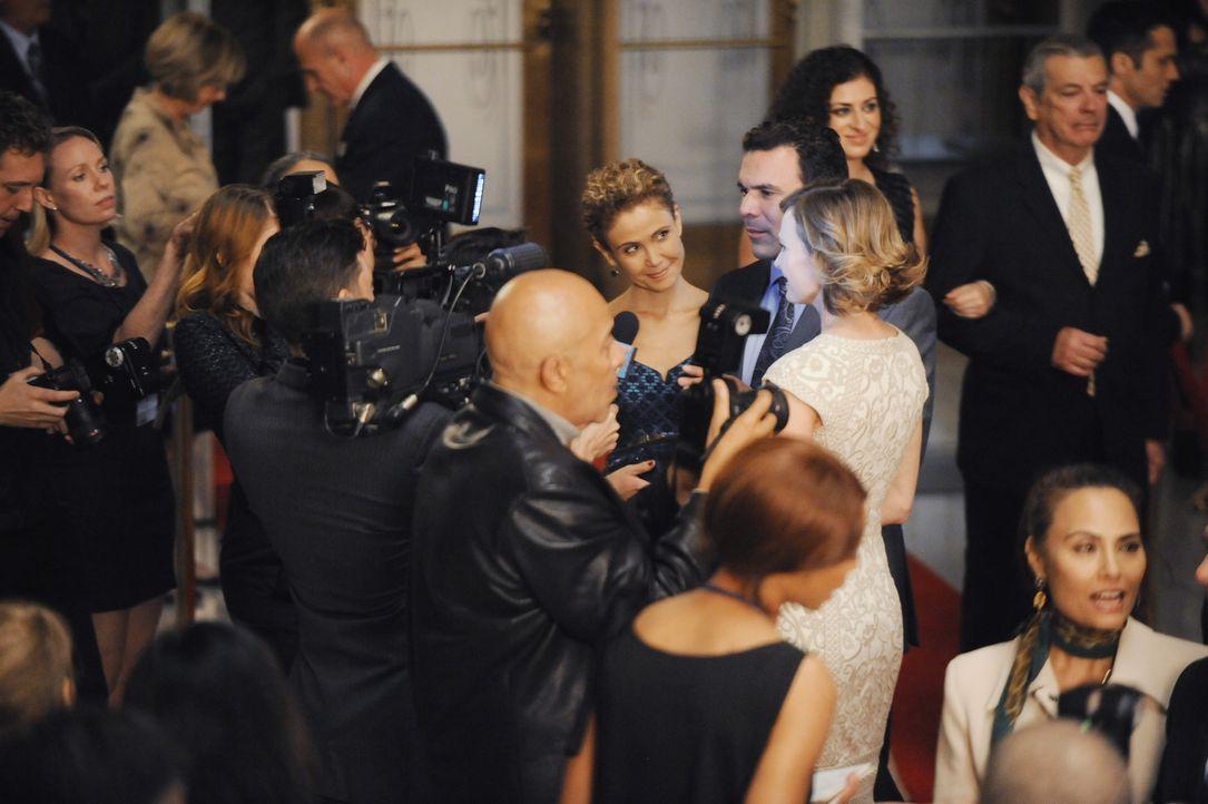 Noch ahnen Mr. Lopez (Ricardo Chavira, M.), seine Frau (Reiko Aylesworth, l.) und die Tochter (Ali Hillis, r.) nicht, wie die Veranstaltung weiterge... - Bildquelle: David Moir ABC Studios