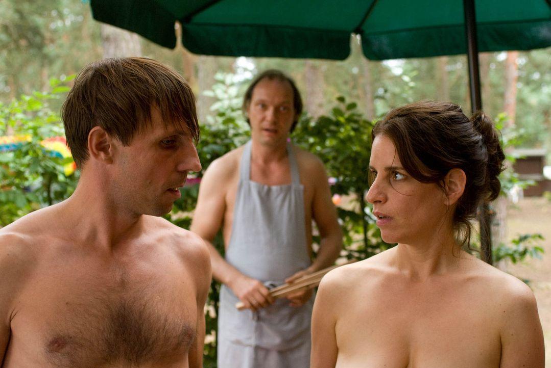Befürchten, dass der neue Besitzer den Pachtvertrag unter keinen Umständen mit einem Nudistenverein verlängern wird: Sabine (Stefanie Höner, r.)... - Bildquelle: Sat.1