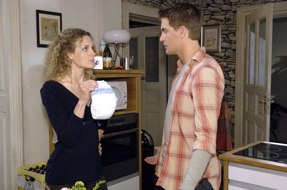 Maja (Barbara Lanz, l.) ist sich sicher, dass die von Lars (Alexander Klaws, r.) gekaufte Windelmarke für einen Ausschlag von Pia verantwortlich ist. - Bildquelle: Claudius Pflug Sat.1