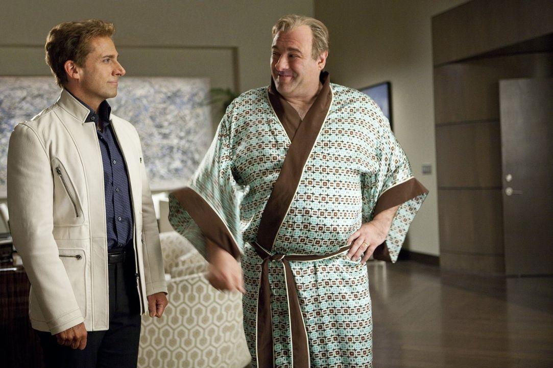 Doug Munny (James Gandolfini, r.), Besitzer des Casinos, sieht sich sofort nach einem neuen Magier um, als der Stern von Burt Wonderstone (Steve Car... - Bildquelle: 2013   Warner Brothers