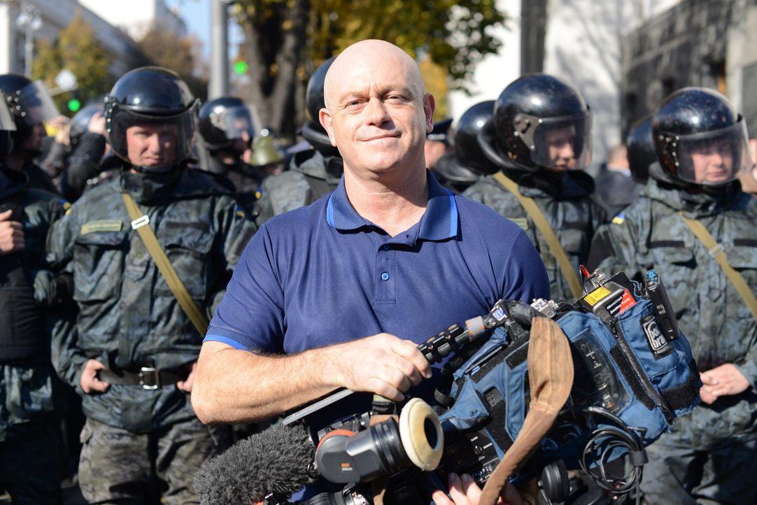 Ross Kemp reist in die Ukraine, um zu ergründen, wie gefährlich der Rechtsruck für das eh schon fragile Land tatsächlich ist und erkennt bei Gespräc... - Bildquelle: Freshwater Films Ltd 2015