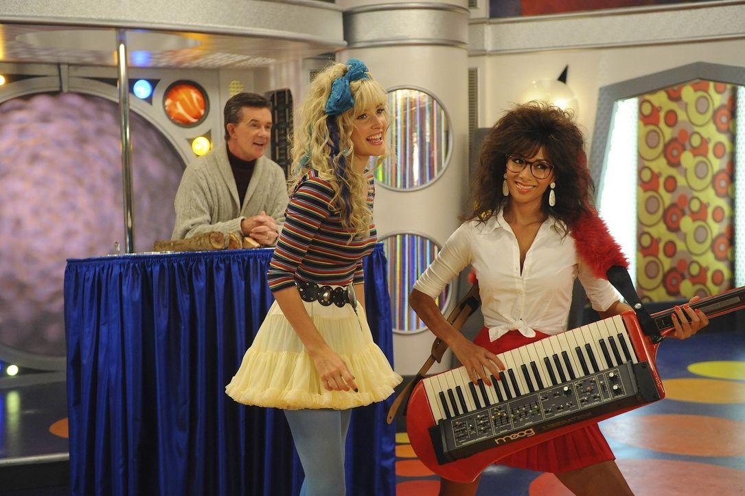 Rückblick in verrückte Zeiten: Robin (Cobie Smulders, M.), Jessica (Nicole Scherzinger, r.) und Alan Thicke (Alan Thicke, l.) ... - Bildquelle: 20th Century Fox International Television