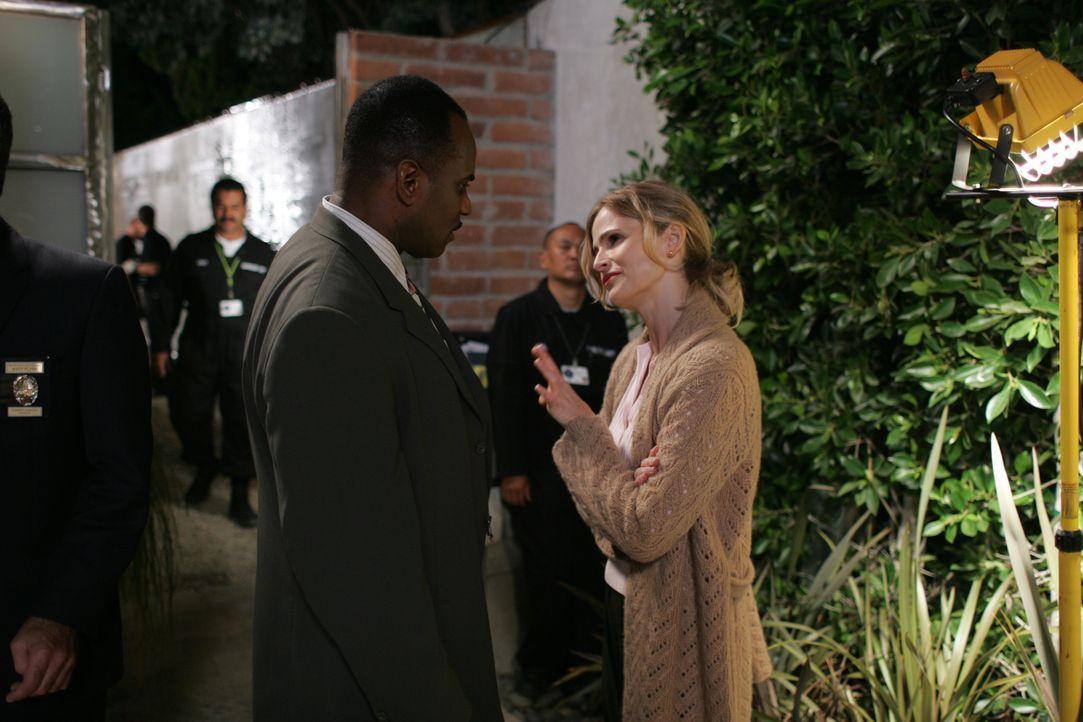 Wer ist die tote Unbekannte, die in der Wohnung des Millionärs gefunden wurde? Brenda (Kyra Sedgwick, r.) macht sich auf die Suche nach dem Mörder .... - Bildquelle: Warner Brothers