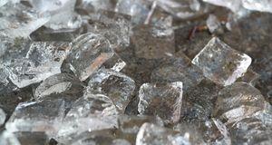 Eiswürfel sorgen dafür, dass der Eistee schnell abkühlt und nicht bitter wird.