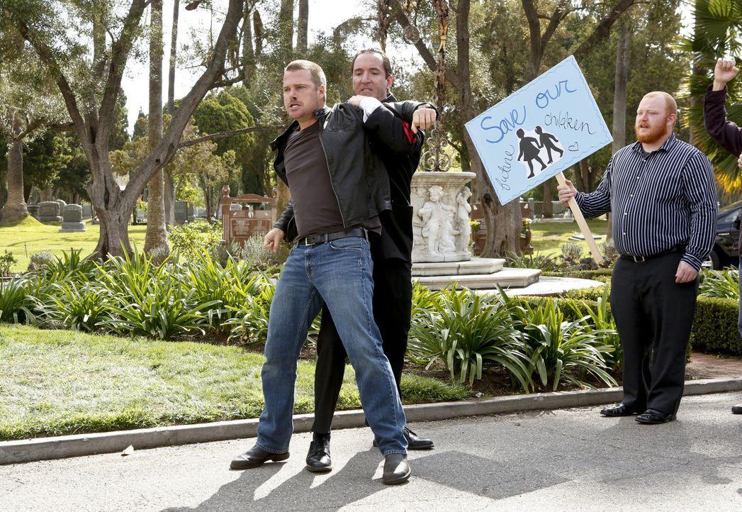 Als ein Navy-Angehöriger durch eine Zyanid-Vergiftung ums Leben kommt, beginnt Callen (Chris O'Donnell, l.), undercover zu ermitteln ... - Bildquelle: CBS Studios Inc. All Rights Reserved.