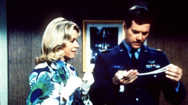 Amanda Bellows (Emmaline Henry, l.) hat eine Perlenkette, die Tony (Larry Hag...