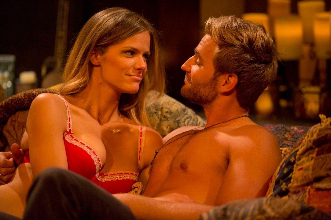 Jules (Brooklyn Decker, l.) ist dem attraktiven und charmanten Lowell (Rick Donald, r.) vollkommen verfallen. Meint er es auch ernst mit ihr? - Bildquelle: 2013 CBS Broadcasting, Inc. All Rights Reserved.
