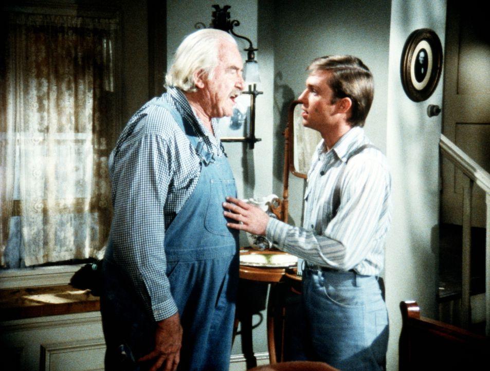 Sam Walton (Will Geer, l.) und sein Enkel John-Boy (Richard Thomas, r.) haben eine Meinungsverschiedenheit ... - Bildquelle: WARNER BROS. INTERNATIONAL TELEVISION