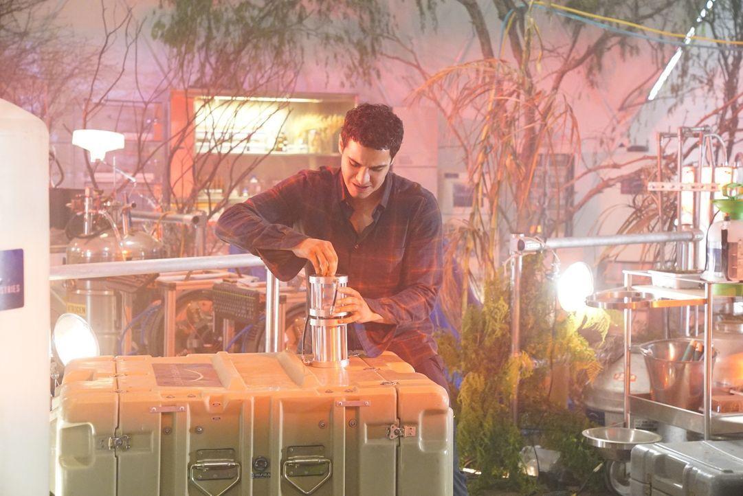 Das Sauerstoffgemisch in einem Labor mit Mars-Biosphäre ruft bei Walter (Elyes Gabel) Erinnerungen wach, an die er sich lieber nicht erinnern sollte... - Bildquelle: Bill Inoshita 2017 CBS Broadcasting, Inc. All Rights Reserved.