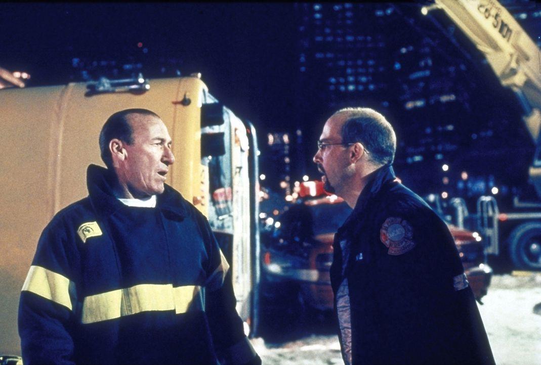 Dr. Greene (Anthony Edwards, r.) ist dem umsichtigen Feuerwehrmann dankbar für dessen Hilfe bei der Bergung der verletzten Kinder. - Bildquelle: TM+  2000 WARNER BROS.
