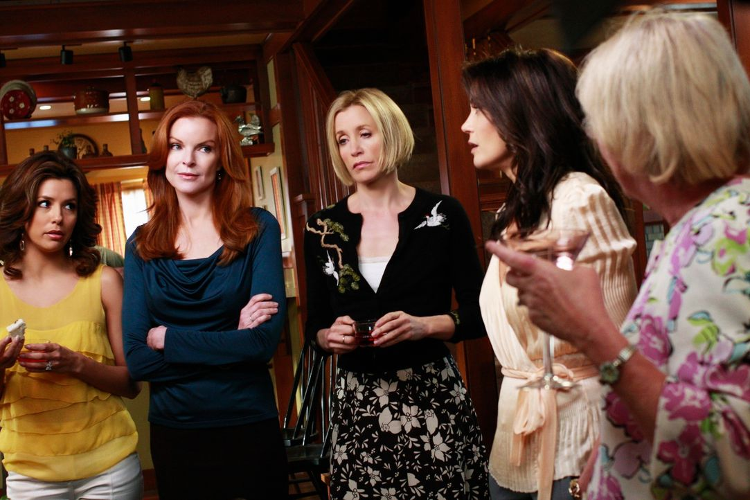 Katherine gibt eine Einweihungsparty, nachdem sie mit Mike zusammengezogen ist. Lynette (Felicity Huffman, M.), Bree (Marcia Cross, 2.v.l.), Gabriel... - Bildquelle: ABC Studios