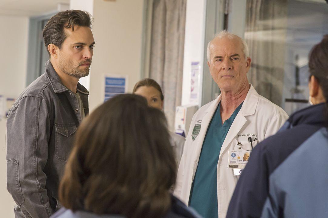 Während Colonel Joel Miller (Michael Shamus Wiles, r.) das Team um Bailey gerufen hat, ist Major Thorpe (Scott Elrod, l.) alles andere als begeister... - Bildquelle: Ron Batzdorff ABC Studios