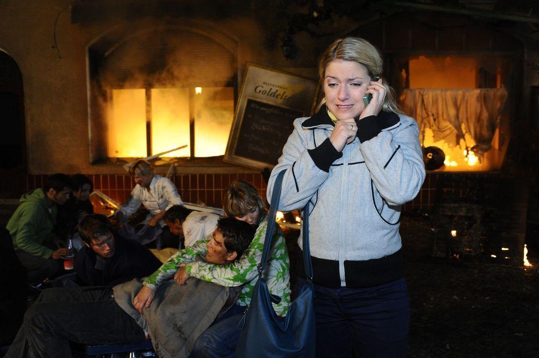 Anna (Jeanette Biedermann, r.) ist erleichtert, als die Feuerwehr endlich anrückt ... - Bildquelle: SAT.1