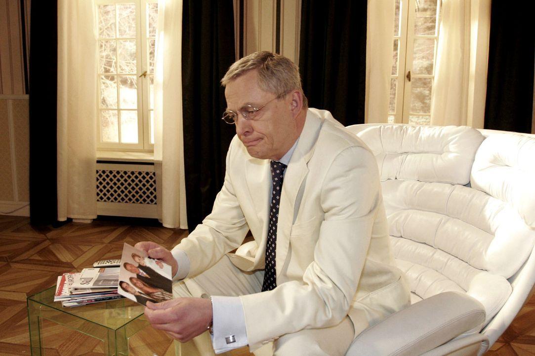Wehmütig betrachtet Friedrich (Wilhelm Manske) ein Bild aus besseren Zeiten ... - Bildquelle: Noreen Flynn Sat.1