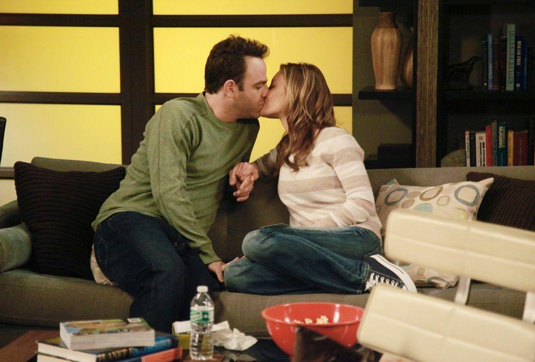 Charlotte (KaDee Strickland, r.) und Cooper (Paul Adelstein, l.) sind sehr glücklich miteinander ... - Bildquelle: ABC Studios