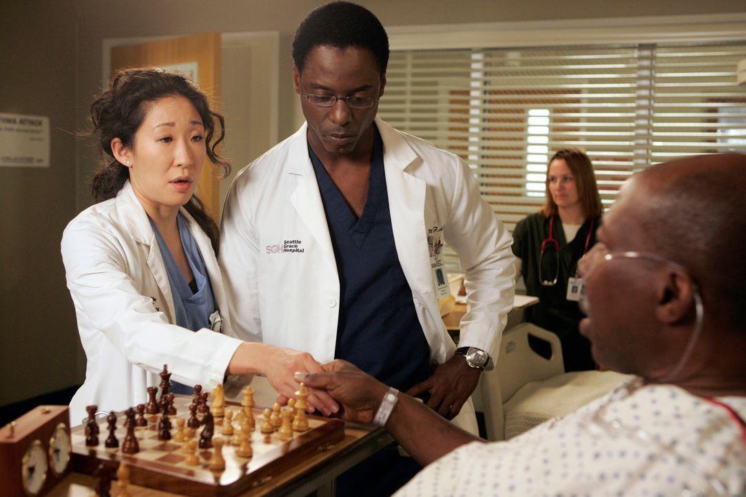 Cristina (Sandra Oh, l.) hat einen Weg gefunden, Colin zu verschrecken, indem sie vor Charles (Brent Jennings, r.), dem Patienten, dem Colin ein neu... - Bildquelle: Touchstone Television