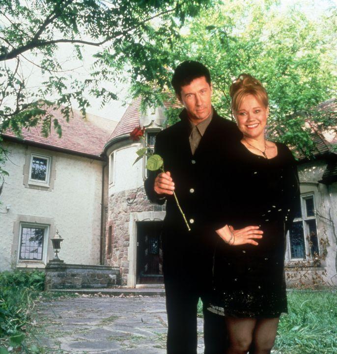 Dimitri Dentatos (Charles Shaughnessy, l.) macht der alleinerziehenden Lynette Hansen (Caroline Rhea, r.) den Hof, doch irgendetwas scheint nicht mi... - Bildquelle: Walt Disney Pictures