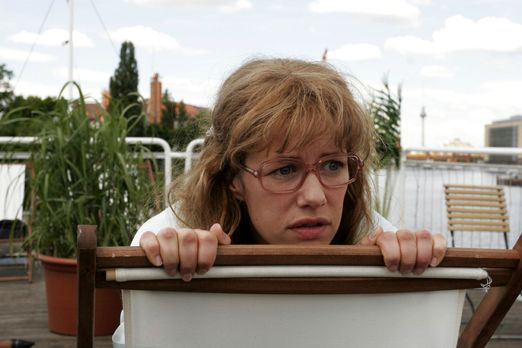 Verliebt in Berlin - Lisa (Alexandra Neldel) schaut voller Entsetzen zu, wie...