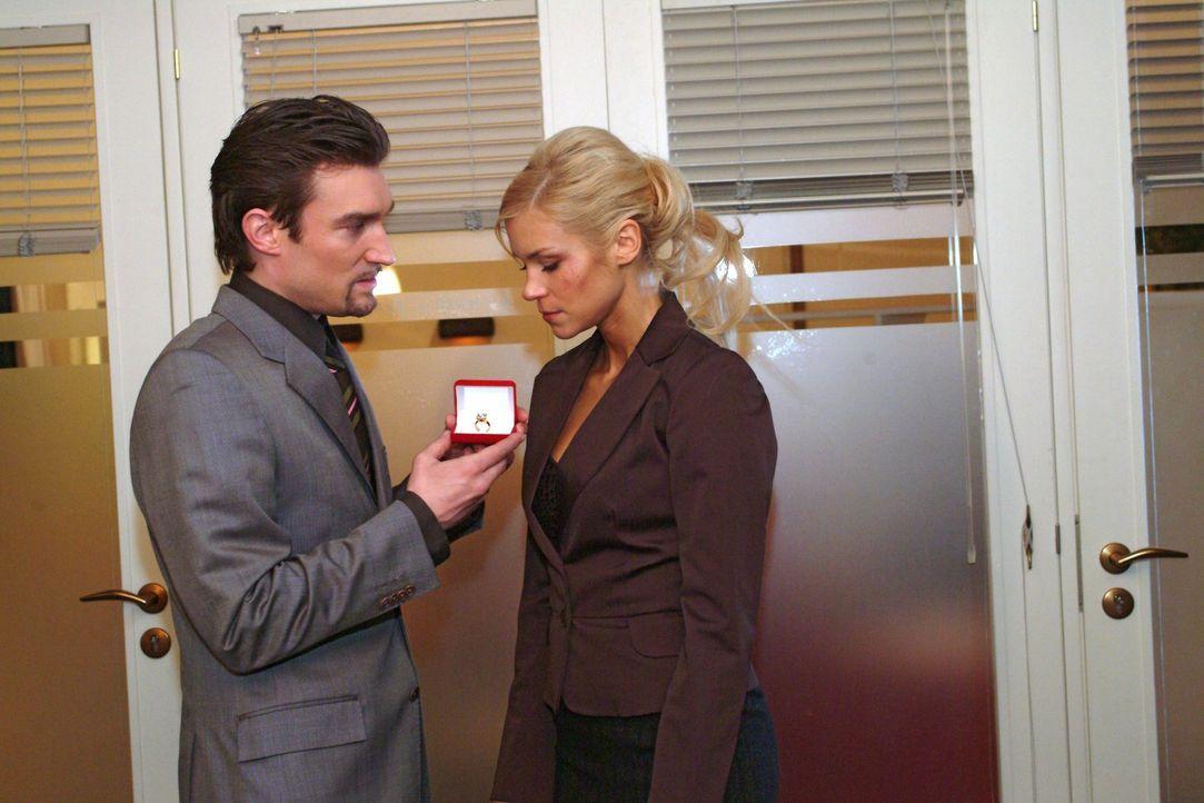 Richard (Karim Köster, l.) schlägt gegenüber Sabrina (Nina-Friederike Gnädig, r.) einen sanfteren Ton an ... - Bildquelle: Monika Schürle Sat.1