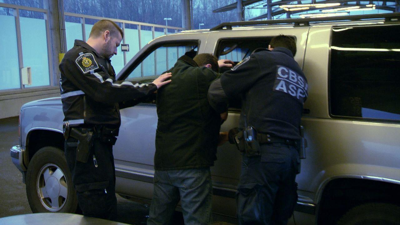 Wenn es sein muss, können die Zollbeamten auch mal etwas gröber werden. - Bildquelle: Force Four Entertainment / BST Media 2 Inc.