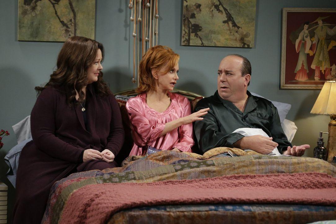 Als Peggy einen Herzinfarkt bekommt, merkt Molly (Melissa McCarthy, l.), wie viel ihr ihre Schwiegermutter bedeutet und sucht bei Joyce (Swoosie Kur... - Bildquelle: Warner Brothers