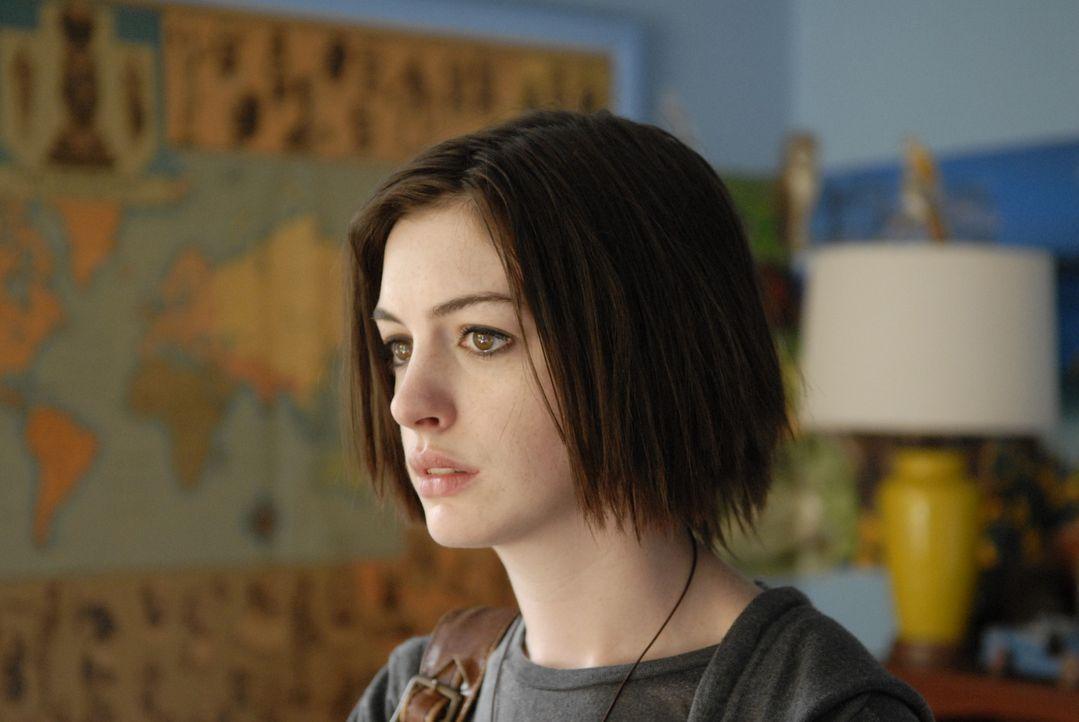 Kym (Anne Hathaway) merkt, dass ihre Familie von ihrer Anwesenheit nicht allzu sehr begeistert ist und fühlt sich wie das fünte Rad am Wagen ... - Bildquelle: 2008 Sony Pictures Classics Inc. All Rights Reserved.