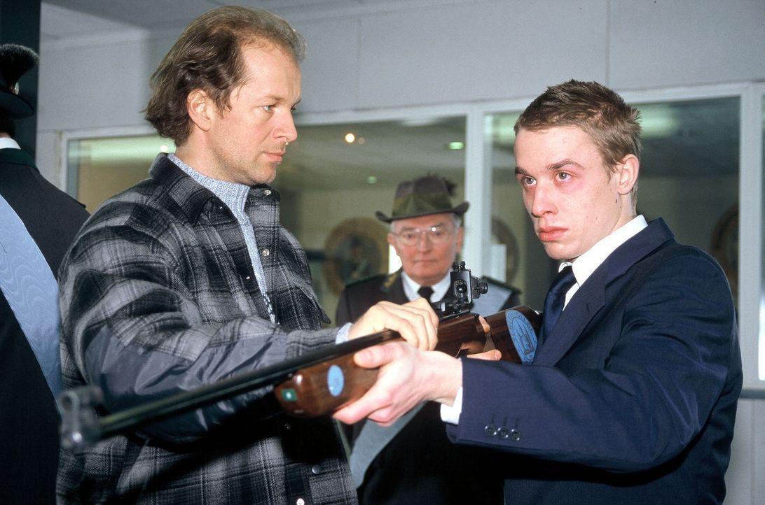 Victor (Jochen Horst, l.) geht auf Martin (Marius Frey, r.) zu und versucht, ihn zu beruhigen. - Bildquelle: Spitz Sat.1